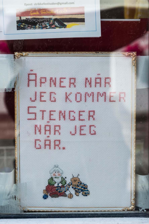 Skilt utenfor en butikk i Nordfjordeid