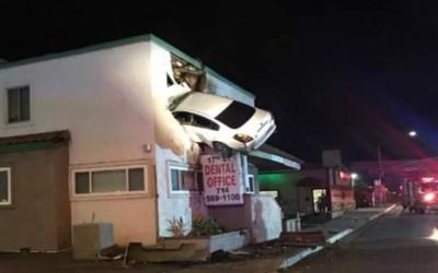 في أمريكا .. سيارة تطير بالهواء و تقتحم عيادة بالطابق الثاني ( فيديو )