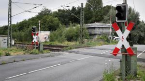 ألمانيا : شاب يعتدي على مراهقة جنسياً عند سكة قطار في هذه المدينة و يفر هارباً .. و تحذيرات من كونه يحمل مسدساً