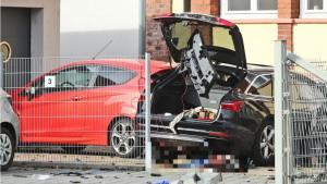 في ألمانيا .. رجل يصدم زوجته بسيارة ثم ينهي حياتها بفأس و سكين !