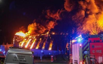 تسبب بأضرار كبيرة .. اندلاع حريق ضخم في مستودع سيارات في مدينة ألمانية