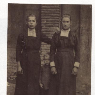 Mitte Emanuel, rechts Alwina, Kinder von Emanuel und Sophie Schall