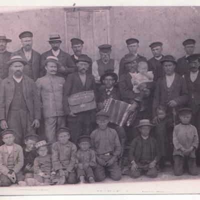 Gruppenfoto mit Emanuel, Sohn des Johannes Schall