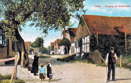 Hela, Eingang zur Dorfstraße