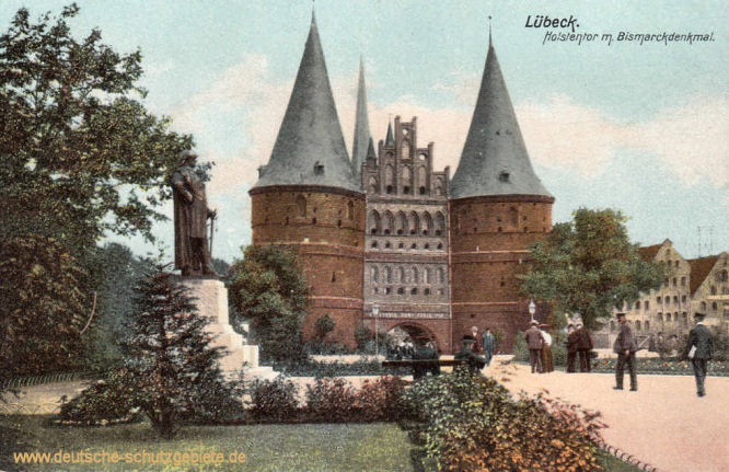 Lübeck, Holstentor mit Bismarckdenkmal