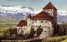 Schloß Vaduz (Liechtenstein) mit den Schweizer Bergen