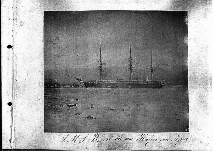 S.M.S. Bismarck im Hafen von Apia
