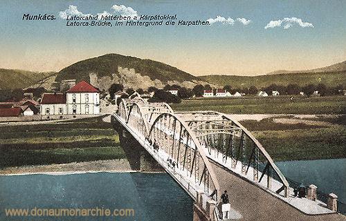 Munkatsch (Munkács - Mukatschewe), Latorca-Brücke. Im Hintergrund die Karpathen