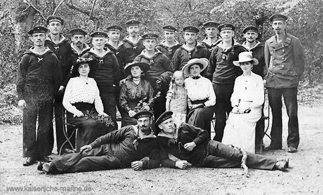 S.M.S. Helgoland, Gruppenbild mit Matrosen