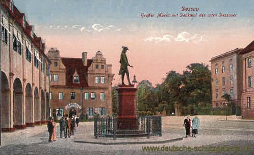 Dessau, Großer Markt mit Denkmal des alten Dessauer