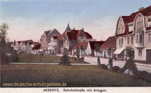 Meseritz, Bahnhofstraße mit Anlagen