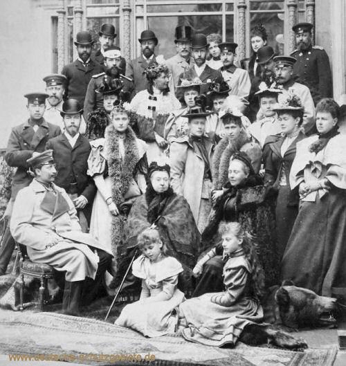 Königin Victoria mit ihrer Familie, links Kaiser Wilhelm II.