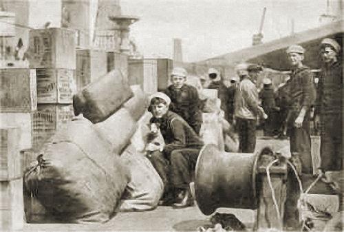 """""""Das Verladen von Kriegsmaterial im Hafen von New York"""" Foto Leipziger Presse-Büro, Leipzig"""