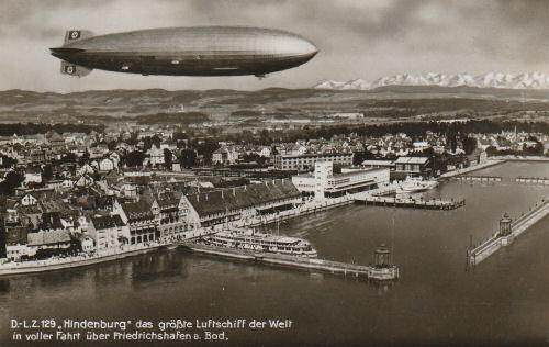 """D-LZ 129 """"Hindenburg"""" das größte Luftschiff der Welt in voller Fahrt über Friedrichshafen am Bodensee."""