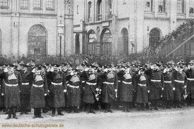 In Erwartung des Kaisers vor dem Stapellauf S.M.S. Falke am 4. April 1891 - v.l.n.r.: Freiherr von der Golz, Knorr, Deinhard, Schering, Mensing, Karcher, von Reiche, Thomsen, Barandon, Hoffmann, Plüddemann, Tirpitz