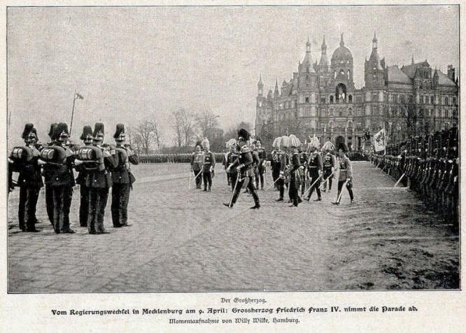 Vom Regierungswechsel in Mecklenburg am 9. April 1901: Großherzog Friedrich Franz IV. nimmt die Parade ab.
