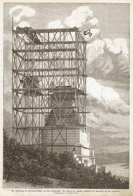 Illustrierte Zeitung 11. August 1883: Die Aufstellung der Germania-Statue auf dem Niederwald: Der Aufzug des untersten Gußstücks der Germania auf das Postament.