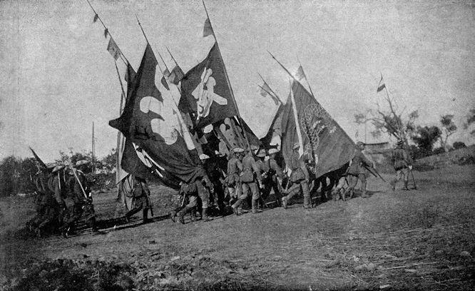 Vom Kriegsschauplatz in China: Soldaten unseres 1. Ostasiatischen Infanterieregiments mit den beim Sturm auf die Peitangforts (20. Sep.) eroberten Fahnen.