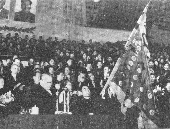 DDR Ministerpräsindet Otto Grotewohl übergibt 1955 in Peking dem chinesischen Ministerpräsidenten Zhou Enlai zehn Banner der Boxer-(Yihetuan-)Bewegung.