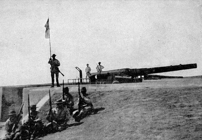 Von der Erstürmung der Takuforts: Chinesische Schnellladekanonen auf der von den Deutschen besetzten Strandbatterie.