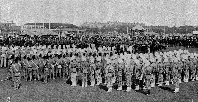 Truppenparade in Schanghai am 22. September. Deutsche (links), japanische (Mitte) und französische (rechts) Freiwillige in Paradeaufstellung.
