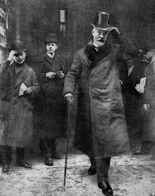 """Herr von Bethmann Hollweg vor dem Wahllokal nach Abgabe seines Stimmzettels. Der Reichskanzler erfüllt seine Bürgerpflicht als Wähler. (""""Woche"""" 1912)"""