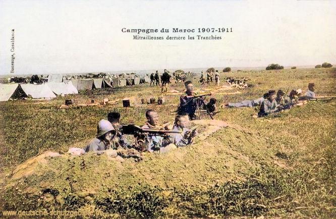 Zweite Marokkokrise: Campagne de Maroc 1907-1911. Mitrailleuses derrière les Tranchées (Maschinengewehre hinter den Gräben).