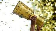 Am Ende geht es um diese Trophäe: Die Viertelfinals des DFB-Pokals sind ausgelost.