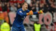 """Doppelt- und dreifacher Grund zur Freude: Nürnbergs Schlussmann Christian Mathenia pariert einen Elfmeter, der """"Club"""" gewinnt und verlässt die Abstiegsränge."""