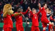 Ganz locker geht es nicht: Bayern München feiert mit Maskottchen den am Ende knappen Sieg gegen Hoffenheim.