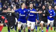 Großer Pokalabend dank Siegtorschütze Benito Raman (Mitte): Schalke dreht die Partie gegen Hertha BSC.
