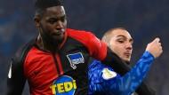 Opfer dumpfer Beleidigungen: Jordan Torunarigha (links, im Duell mit Schalke-Spieler Ahmed Kutucu) soll rassistisch beschimpft worden sein.
