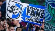 """Schalke Fans zeigen Flagge: Ein Spieltag unter dem Motto """"Steht auf""""."""