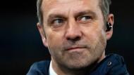 Bayern-Trainer Hansi Flick muss seine Stars derzeit aus der Ferne anleiten.