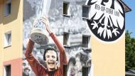 Der Triumph lebt: Ein Eintracht-Graffito in der Werrastraße in Frankfurt-Bockenheim erinnert mit Karl-Heinz Körbel als Hauptdarsteller an den Uefa-Cup-Sieg 1980.