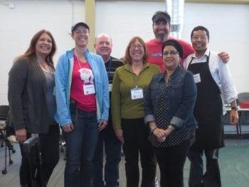 Un groupe de bénévole de la Fixit Clinic