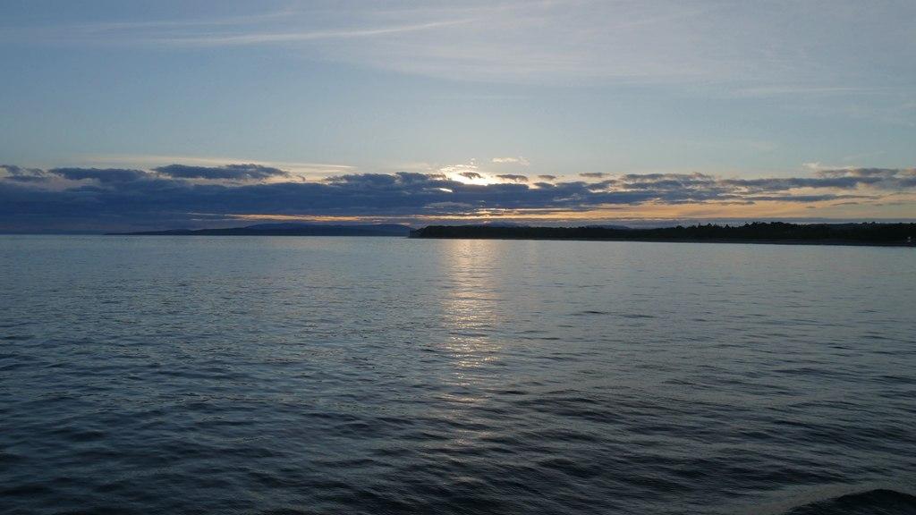 Coucher de soleil sur le ferry de Quellon