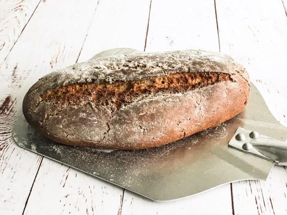 Klassisk fransk bondebrød bagt i ovn med damp