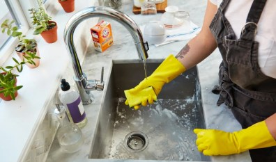 Γιατί πρέπει να φοράς πάντα γάντια όταν πλένεις τα πιάτα;