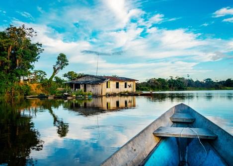 Pirogue sur le fleuve en Amazonie brésilienne, voyage au Brésil avec une agence Nirvatravel