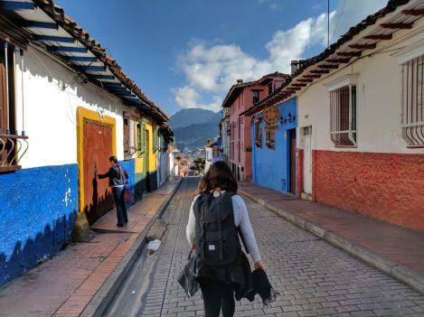 Marcheur dans une rue de la Candelaria à Bogota, randonnée en Colombie avec Nirvatravel