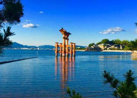 Le torii du sanctuaire d'Itsukushima entouré d'eau sur l'ile de Miyajima, vacances au Japon avec une agence Nirvatravel