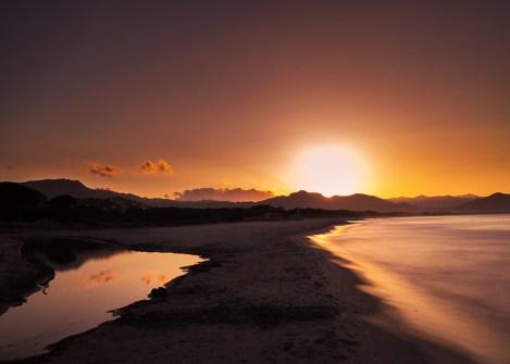 Coucher de soleil sur une plage corse, voyage en Corse avec Nirvatravel