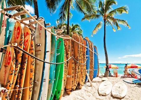 Planches de surf sur la plage d'Honolulu, voyage à Hawaï avec Nirvatravel