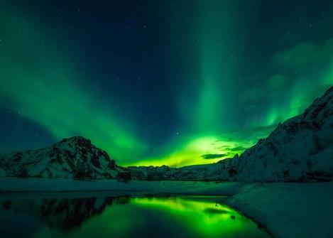Aurore boréale sur les montagnes islandaises, voyage hors des sentiers battus en Islande avec Nirvatravel