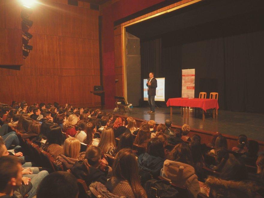 """Knjiga """"Kako do posla u 21. veku + 444 saveta za uspešnu karijeru"""" u svim srednjim školama"""