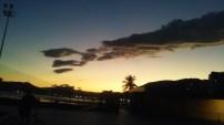 """Final de tarde lindo, não? E olha bem o formato das nuvens no céu: Parecia uma baseado gigante (Quem teve o """"olho"""" de notar isso foi a minha mãe)"""