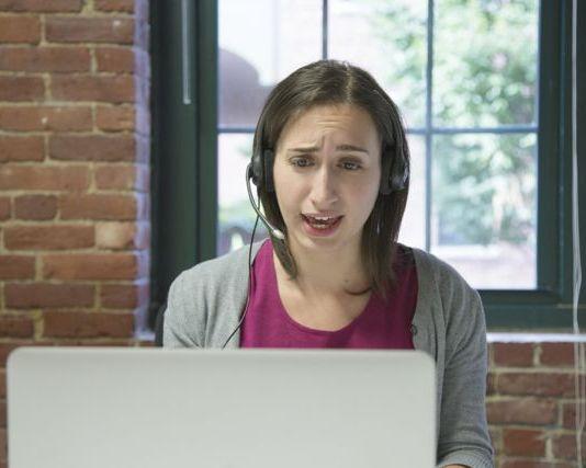 Jeune fille devant son écran pour un cours anglais skype