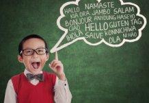 Enfant disant bonjour en plusieurs langues