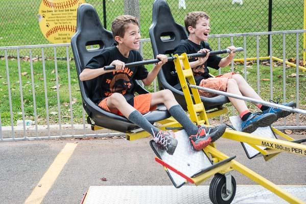 Enfants en plein fou rire sur une attraction dans un summer camp aux USA